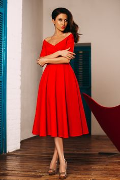 Яркое красное платье не оставит Вас без внимания ни на одном мероприятии Стоимость аренды 3 дня 5000 Обеспечительный платеж (руб) 3000 Минимальный срок аренды 3 дня Стоимость новой вещи (руб) 25000