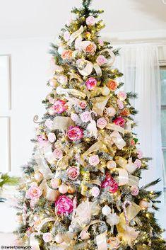 Christmas Tree Flowers, Rose Gold Christmas Decorations, Pretty Christmas Trees, Christmas Tree Themes, White Christmas, Christmas Lights, Holiday Decor, French Christmas Tree, Xmas Trees