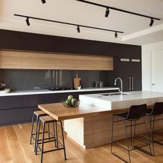 Biało-czarna kuchnia z elementami z drewna