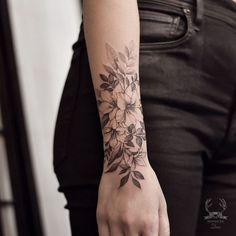 Tattoo flower sleeve black and white tatoo 50 Ideas Small Tattoos Arm, Hand Tattoos, Mom Tattoos, Trendy Tattoos, Forearm Tattoos, Body Art Tattoos, Sleeve Tattoos, Tattoos For Women, Wrist Tattoo