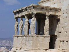 ERETTEO, 421-404 a.C., Philokles. Sorge a sud del Partenone, è uno dei più nobili capolavori dello stile ionico.Una delle caratteristiche principali è la presenza di una loggia con all' interno delle cariatidi che sostituiscono le classiche colonne poste in ogni tempio. Le cariatidi sono delle statue decorative che rappresentano la figura femminile.La loggia costituisce in tutto sei cariatidi.