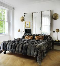 Trying To Find DIY Headboard Ideas? There are many affordable ways to develop an unique distinctive headboard. We share a couple of brilliant DIY headboard ideas, to inspire you to design your bedroom posh or rustic, whichever you prefer. Headboard Alternative, Mirror Headboard, Headboard Designs, Headboard Ideas, Space Interiors, Headboards For Beds, Beautiful Interiors, Bedroom Decor, Bedroom Mirrors