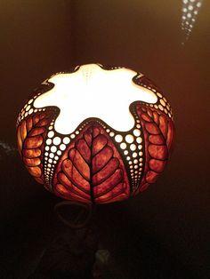 * đèn được làm từ quả bầu tôi trồng trong vườn nhà, chân đèn được làm bằng gỗ dổi . Đèn được dùng để trang trí phòng ngủ, phòng khách, quán cà phê ... * Khi đèn được bật trong phòng tối thì ánh sáng đi qua hàng trăm lỗ khoan trên thân quả bầu tới trần và tường nhà tạo ra những hiệu quả