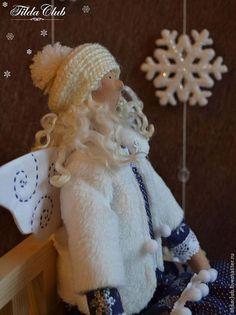 Купить или заказать Снежный ангел Тильда в интернет-магазине на Ярмарке Мастеров. Снежный ангел Тильда первый звоночек того, что скоро Новый год!!! Эта куколка станет прекрасным подарком к Новому году или праздничным украшением Вашего интерьера. Беретик и гетры - ручная вязка. Крылышки вышиты металлизированной нитью, отчего переливаются на свету. Сзади на крылышках пришит бубенчик.