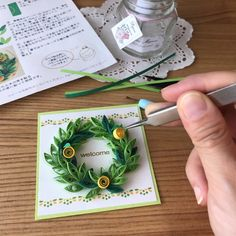 Paper Quilling Patterns, Quilling Designs, Quilling Art, Christmas Frames, Christmas Wreaths, Quilling Christmas, Mini Drawings, Paper Frames, Diy Flowers