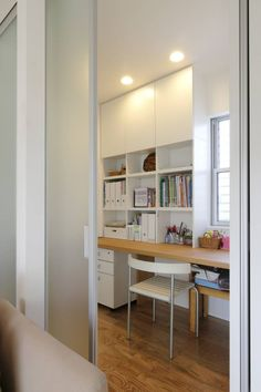 リビングとの間で間仕切り可能なスタディコーナー: シーズ・アーキスタディオ建築設計室が手掛けたモダン多目的室です。