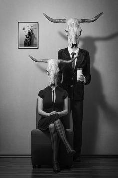 [PHOTOGRAPHIE] L'artiste allemande Mrs White nous intrigue avec cette photographie décalée. La répétition de l'image dans le tableau du mur nous captive d'autant plus ... [Mrs-White, Just Milk, 2014, photographie noir et blanc]