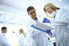Химиков в лаборатории. – роялти-фри стоковая фотография