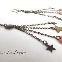 Boucles d'oreilles chaînettes avec sequin corail et petites étoiles en métal couleur bronze
