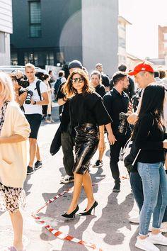 35 de 51 La directora de moda de Vogue Australia, Christine Centenera, es una gran practicante del total look en negro. Su manera de revitalizarlo pasa por mezclar diferentes texturas –mate y brillantes– y aplicar formas insospechadas, como las de estos salones de Balenciaga. | #ChristineCentenera #StreetStyle