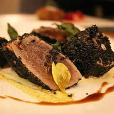 Il nostro tonno 'vitellato': tonno tataki con sesamo nero e maionese di soia con aceto di lamponi. Drogheria Parini 1915 @drogheriaparini1915  #consigliounposto  #tonno #tuna #tataki #sesamo #sesame #mayonnaise #pesce #fish #fiske #salmon #milano #milan #salonedelmobile #fuorisalone #piatto #lombardia #gourmet #chef #ciboitaliano #japanese #fusion #soy #soia #fiorieduli #vitellotonnato #berlin #barcelona #venezia by consiglio_un_posto