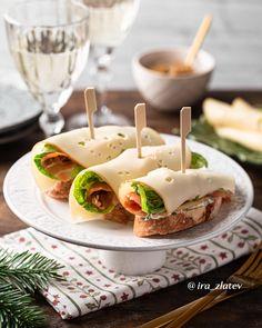 @ira_zlatev nous inspire pour les fêtes de fin d'année avec une recette d'apéritif aux saveurs de Noël : un toast au saumon fumé et oignons confits, agrémenté de fines tranches Fol Epi Classic aux notes douces et fruitées. Et vous, quel est votre menu pour les fêtes?