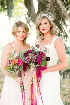 love the way the bride & bridesmaid bouquets flow into each other.