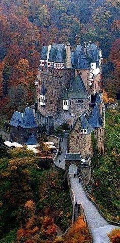 Burg Eltz. Den passenden Koffer findet ihr bei uns: https://www.profibag.de/reisegepaeck/