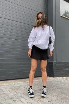 Foto: jessslimaa - A blusa de moletom é peça indispensável desse inverno. Pensando nisso, separamos maneiras diversificadas de usar a peça e se manter estilosa.blusão de frio, minissaia, bolsa baguete e tênis vans preto