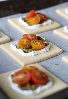 A variation to my tarts- this is goats cheese and pesto under the tomatoes. Add basil leaves to decorate. I Love Food, Good Food, Yummy Food, Tapas, Snack Recipes, Dessert Recipes, Salty Foods, Savoury Baking, Snacks Für Party