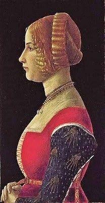 Portrait de jeune femme de profil à la coiffure ornée de