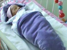 A nő egy csecsemőt talált a fűben. Amikor az orvosok levetkőztették, szívszorító dolgot találtak Pajama Pants, Pajamas, Pjs, Sleep Pants, Pajama