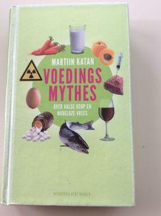 """Heerlijk, zo'n boek dat mijn vermoedens bevestigt. Katan prikt in totaal 70 voedingsmythes door zoals daar zijn """"kokosolie is gezond"""", """"als je te weinig eet gaat je lichaam in de spaarstand"""", """"in melk zitten hormonen"""",""""gezond eten is duur"""", """"chemisch eten is slecht"""". Helder geschreven, goed onderbouwd, en met humor."""