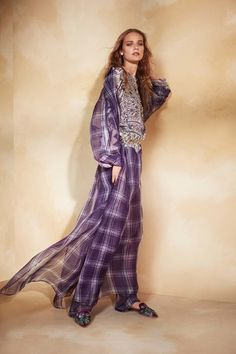 Take a look to Alberta Ferretti Pre-Spring 2018collection: the fashion accessories and outfits seen on New York runaways.