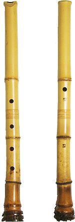 MusicArt SHAKUHACHI Flauta japonesa que se sujeta verticalmente como una flauta dulce en lugar de como la tradicional flauta travesera. Era utilizada por los monjes de la secta Fuke Zen, seguidores del budismo zen, es su práctica ritual del Suizen (meditación mediante el soplado).  Japanese Komuso Buddist monks playing shakuhachi wear a basket as they wander for meditation or alms. The basket indicates the absence of ego.