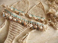 Ganchillo Bikini de conchas de mar y sandalias pies descalzos