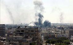 2 ans après l'Opération bordure protectrice, les victimes n'ont toujours pas obtenu justice - Le 8 juillet 2014, l'armée israélienne lance une offensive qui fera de nombreuses victimes et des destructions d'une ampleur inégalée dans la bande de Gaza. 2 ans après, aucune véritable enquête n'a été ouverte sur les crimes de guerre des deux parties au conflit. - Fumées après une attaque aérienne israélienne sur Rafah, au sud de la Bande de Gaza, 1er août 2014 © SAID KHATIB/AFP/Getty Images