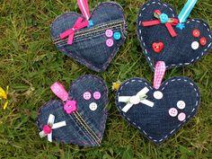 Van een oude spijkerbroek, wat knoopjes, roosjes en strikjes deze schattige hartjes gemaakt.