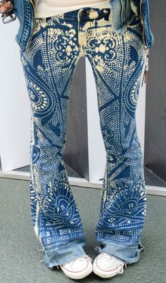 Bleach pen and zentangles - the best excuse for new/old jeans I've ever seen. Look Hippie Chic, Mode Hippie, Estilo Jeans, Denim Fashion, Womens Fashion, Emo Fashion, Diy Vetement, Mode Jeans, Denim Ideas