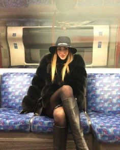 Mind the gap 🚇🇬🇧 Lovely Legs, Black Is Beautiful, Jennifer Aniston Legs, Riding Boot Outfits, Fur Fashion, Womens Fashion, Leather Riding Boots, Leather Gloves, Seventies Fashion