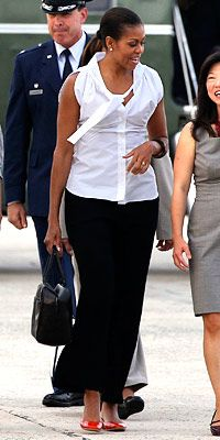 First Lady Michelle Obama casual and chic. Michelle Obama Flotus, Michelle Obama Fashion, Barack And Michelle, Joe Biden, American First Ladies, American Women, American History, Native American, Ourfit