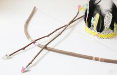 panoplie du petit indien il vous faut:  - du ruban  - de la ficelle  - du masking tape (MT et HEMA)  - des brindilles (ou l'avantage de vivre dans les pins)  - des plumes  - une paire de ciseaux  - des branches fines pour les flèches et l'arc