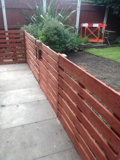 Wood Pallet Fence, Pallet Decking, Diy Fence, Backyard Fences, Wooden Pallets, Fence Ideas, 1001 Pallets, Backyard Ideas, Patio Fence