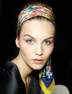 Luce el accesorio de moda: un pañuelo en la cabeza