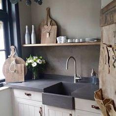Witte keuken donker werkblad en spoeltafel, eenvoudig landelijk