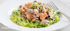 Spaghetti van courgette met een romige saus met zalm en paddenstoelen Scampi, Healthy Diners, Paleo Recipes, Dinner Recipes, Zucchini, Bon Ap, Spiralizer Recipes, My Favorite Food, Food Dishes