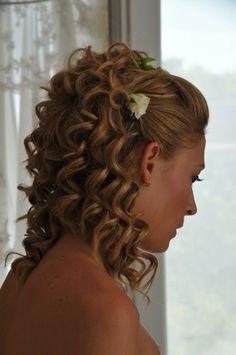 Klasszikus göndör menyasszonyi frizura virág díszekkel Wedding Hairstyles, Dreadlocks, Long Hair Styles, Beauty, Fashion, Moda, Fashion Styles, Long Hairstyle, Wedding Hair