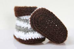 Návod na háčkované bačkůrky pro miminko: http://www.prosikulky.cz/mala-parizanka-hackovane-backurky  Crochet baby boots tutorial: http://www.prosikulky.cz/mala-parizanka-hackovane-backurky/