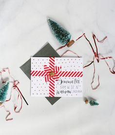 envelope-carrée-de-noel-surprise-cadeau-sapin-de-noel-figurine-ruban-rouge-enveloppe-blanche-diy-points-dorés