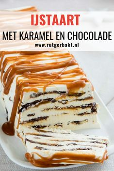 This ice cream cake with caramel and chocolate is great to make and a treat to . Good Food, Yummy Food, No Bake Snacks, Summer Snacks, Frozen, Cakes And More, Sweet Recipes, Delicious Desserts, Cupcake Cakes