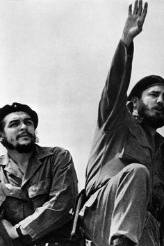 O então primeiro-ministro Fidel Castro e Che Guevara, na altura ministro da Indústria, durante um encontro popular em Havana (fotografia tirada no início dos anos 60).