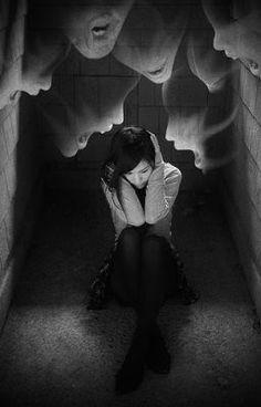 C'est moi, c'est exactement la problème. la journée je rigole, je fais semblant d'être heureuse, mais la nuit je me suis assise à côté de la fenètre, j'écoute les voix dans ma tête. Ils me disent que je suis stupide, trop grosse et aussi des choses horribles. Je ne veux pas entendre les voix. Je veux de la silence, merde. chui seule, je n'existe pas. C'est une grande blague.
