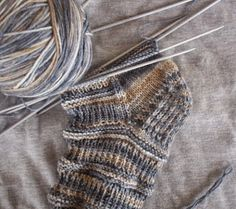 un filo fra le mani: tutorial - consigli - calzini.... Drops Design, Knitting Projects, Fingerless Gloves, Arm Warmers, Crochet, Knitted Hats, Tutorial, Wool, Handmade
