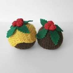 Christmas puddings - free pattern from Amanda Berry Knitted Christmas Decorations, Homemade Christmas Decorations, Holiday Crafts, Christmas Crafts, Christmas Tree, Pom Pom Maker, Christmas Pudding, Paintbox Yarn, Christmas Knitting