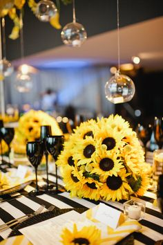 Yellow and black sunflower theme wedding | Photo: Bee Photographie