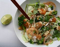 Pad thai salade met kip (of tahoe) Healthy Low Carb Recipes, Clean Recipes, Healthy Snacks, Lean Cuisine, Happy Foods, Dinner Salads, Middle Eastern Recipes, Food For Thought, Lunches