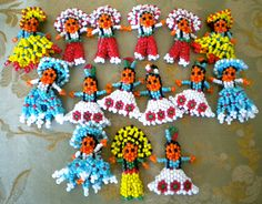 These are adorable tiny beaded Native American people. Native American Dress, Native American Beadwork, Rock Jewelry, Beaded Jewelry, Beaded Moccasins, Indian Dolls, Beaded Animals, Beading Projects, Stud Earrings