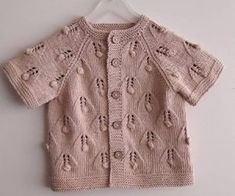 English knitting terms and abbreviations translated into German . Knitting For Kids, Baby Knitting Patterns, Knitting Designs, Baby Patterns, Knitting Terms, Baby Cardigan, Cardigan Outfits, Pinterest Baby, Baby Sweaters