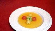 Rezept: Tomatenessenz mit Hahn im Spitzkohlblatt