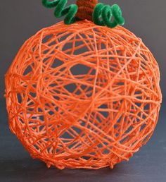 Craft yarn pumpkins - DIY Halloween Crafts to Make with Your Kids - Photos Halloween Crafts To Sell, Diy Halloween Decorations, Diy Crafts To Sell, Halloween Diy, Diy Thanksgiving Crafts, Pumpkin Crafts, Fall Crafts, Pipe Cleaner Crafts, Pipe Cleaners